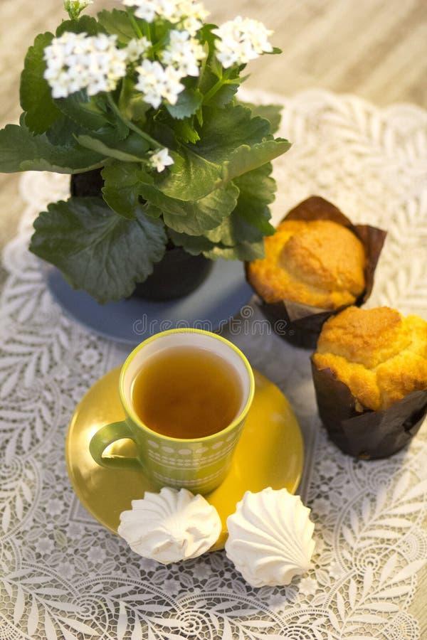 Morgonfrukost: te, marshmallower och muffin arkivbilder