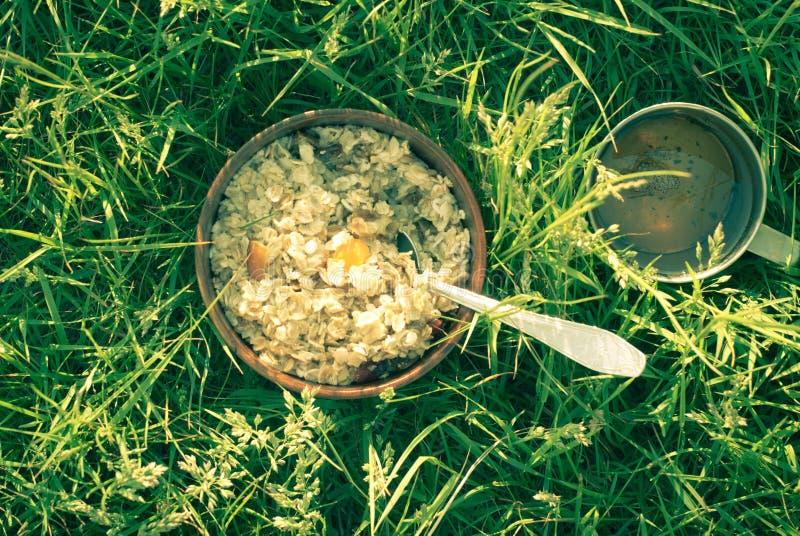 Morgonfrukost utomhus royaltyfria bilder