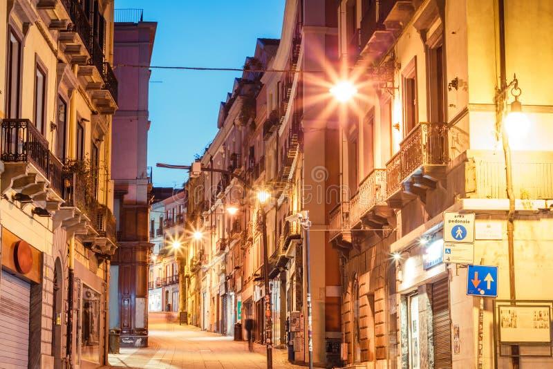 Morgongator med lyktor och kaféer i Cagliari Italien fotografering för bildbyråer