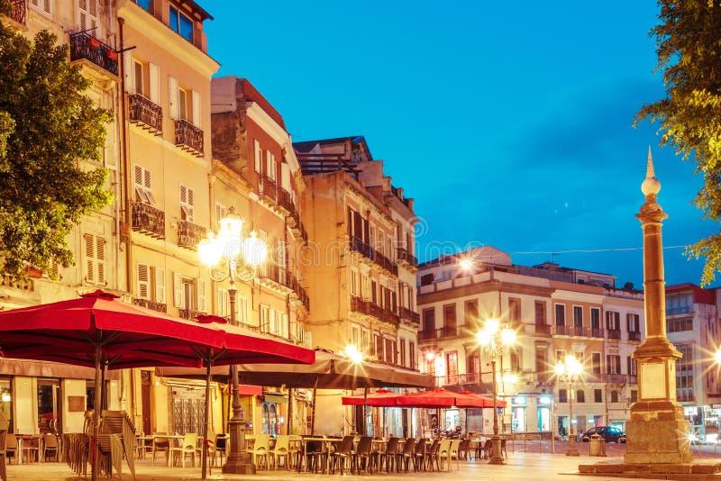 Morgongator med lyktor och kaféer i Cagliari Italien royaltyfria bilder