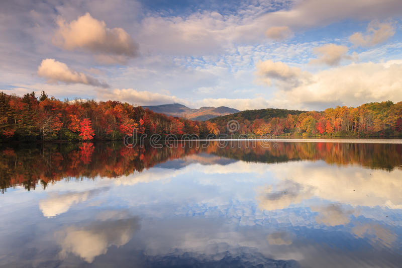 Morgonhimmel över pris sjöblått Ridge Mountains North Carolina royaltyfri bild