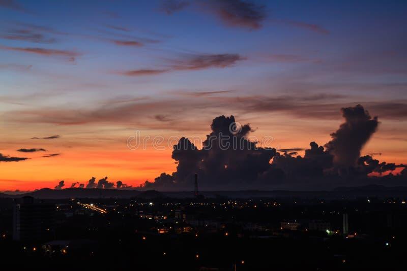 Morgonhimmel över staden royaltyfri fotografi