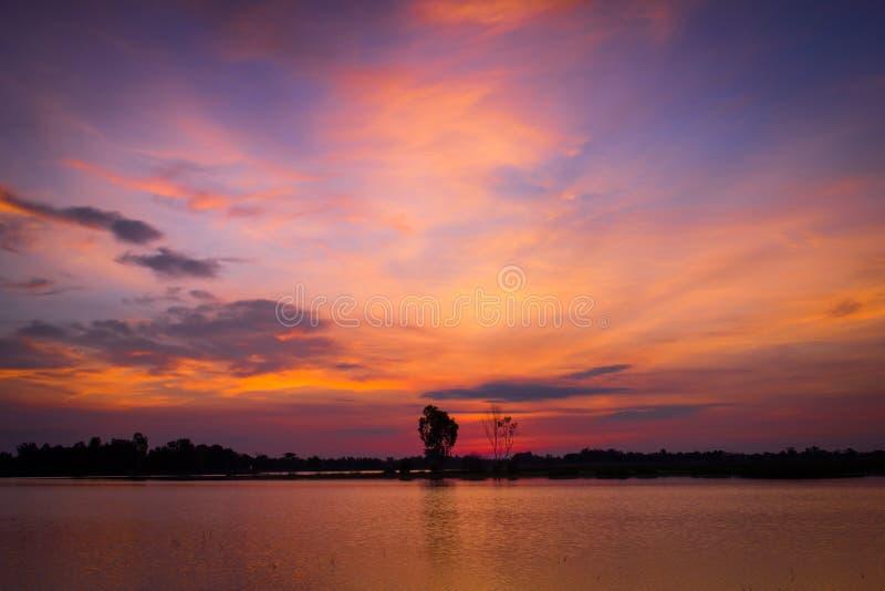 Morgonhimmel eller skymninghimmel för soluppgång på en sjö i lantliga Thailand royaltyfria bilder