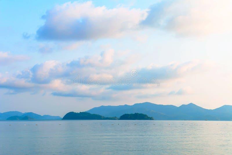 Morgonhimmel och hav från ön i golf av Thailand royaltyfri bild