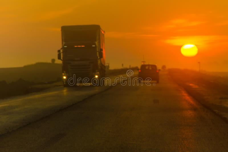 Morgonhuvudväg, trafik, långdistans- åka lastbil service, mötande trafik, intercity trans. royaltyfri foto