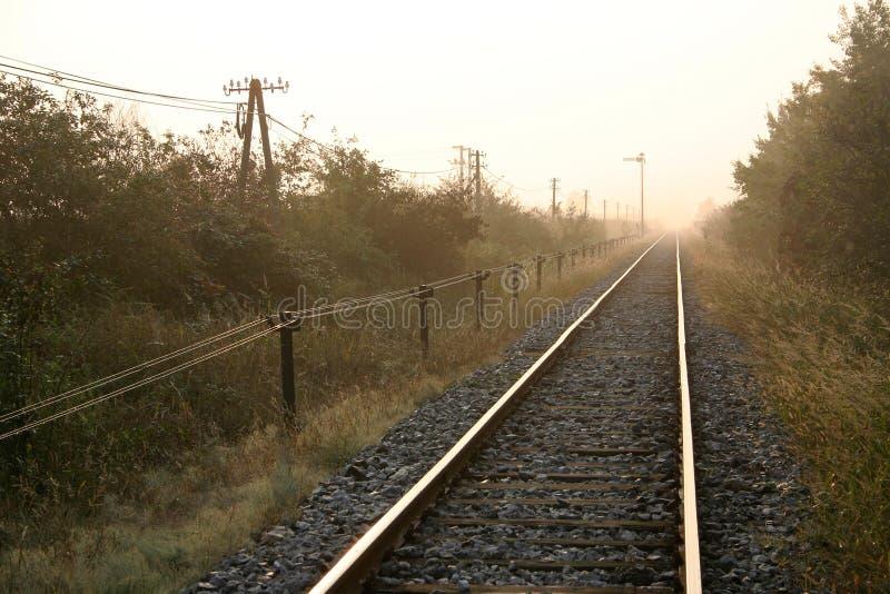 morgonjärnvägspår arkivbilder