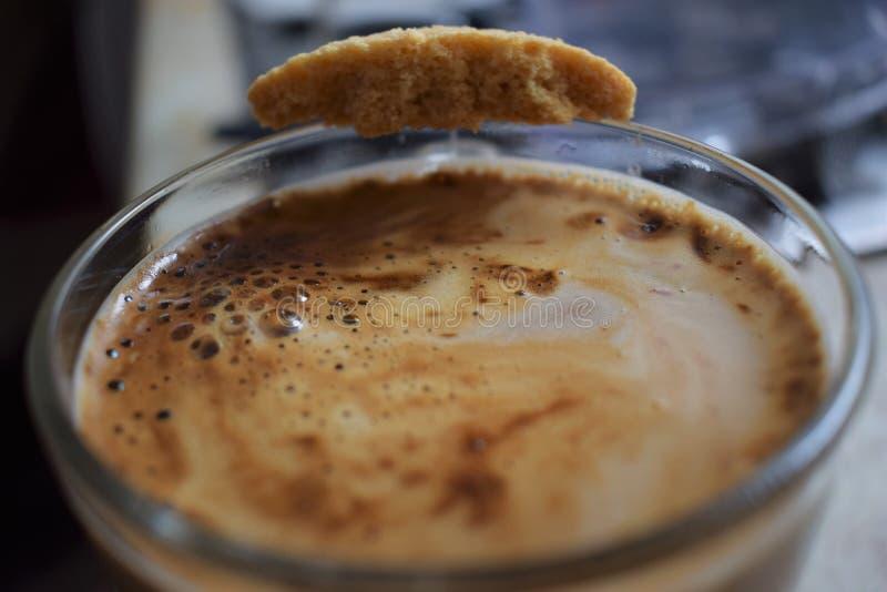Morgonkaffe med kakan arkivbilder
