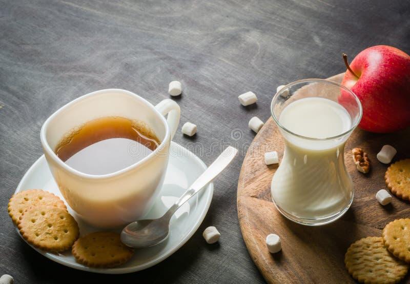 Morgonkaffe med marshmallower, kakor och mjölkar mörkt trä för bakgrund royaltyfri foto