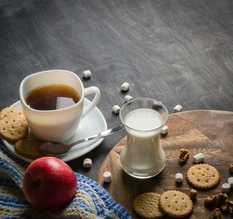 Morgonkaffe med marshmallower, kakor och mjölkar mörkt trä för bakgrund arkivbilder
