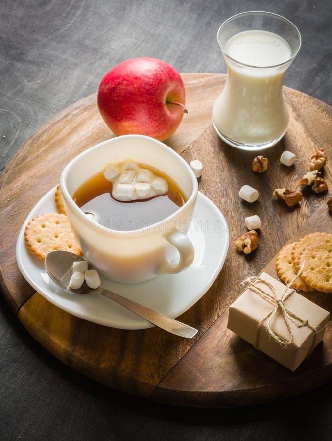 Morgonkaffe med marshmallower, kakor och mjölkar mörkt trä för bakgrund royaltyfria foton