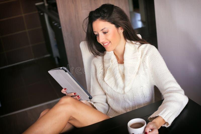 Morgonkaffe med minnestavladatoren royaltyfria foton