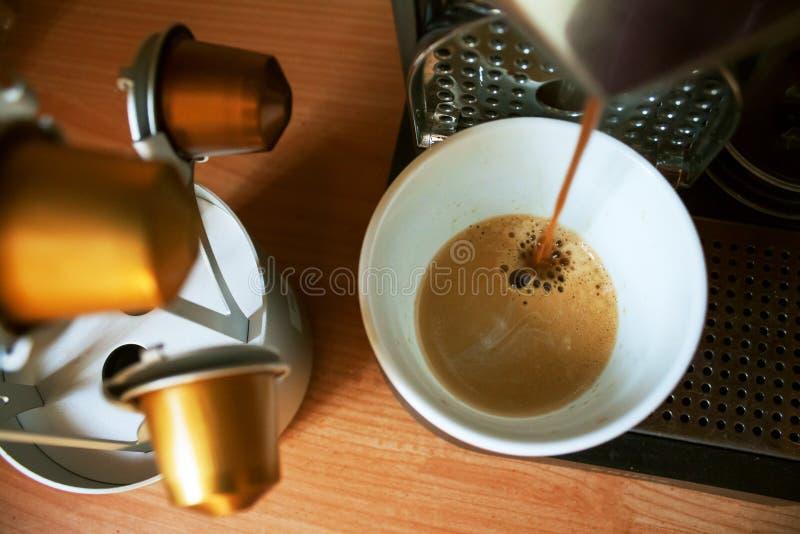 Morgonkaffe med nespressomaskinen royaltyfri bild