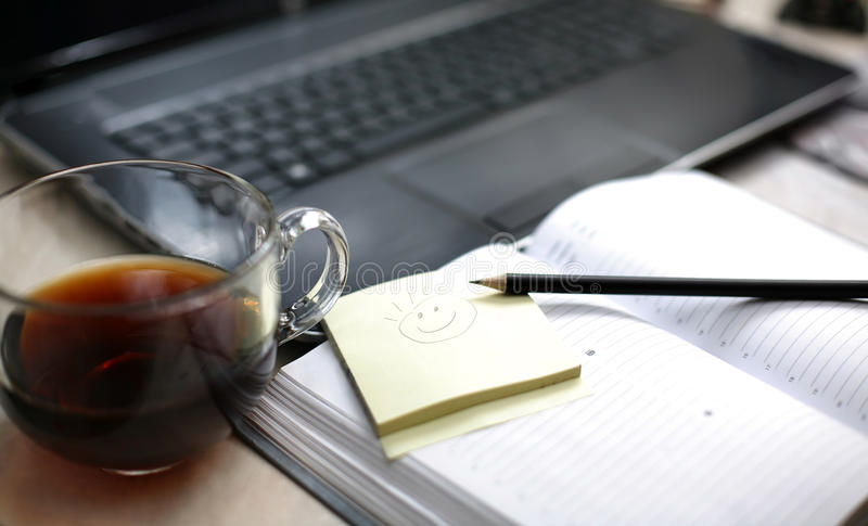 Morgonkaffe nära bärbara datorn och dagboken royaltyfria bilder