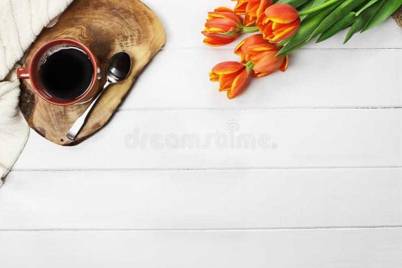 Morgonkaffe och blommor fotografering för bildbyråer