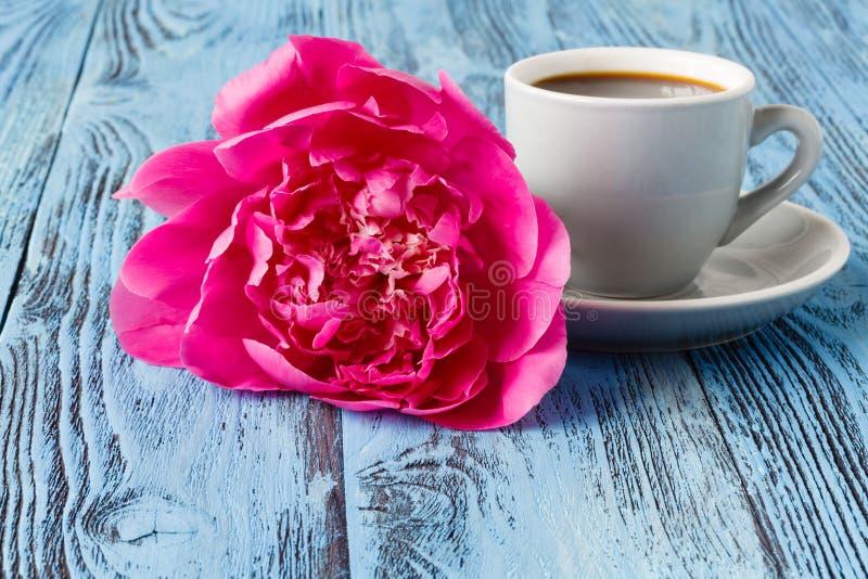 Morgonkaffe och härlig rosa pionblomma royaltyfria bilder