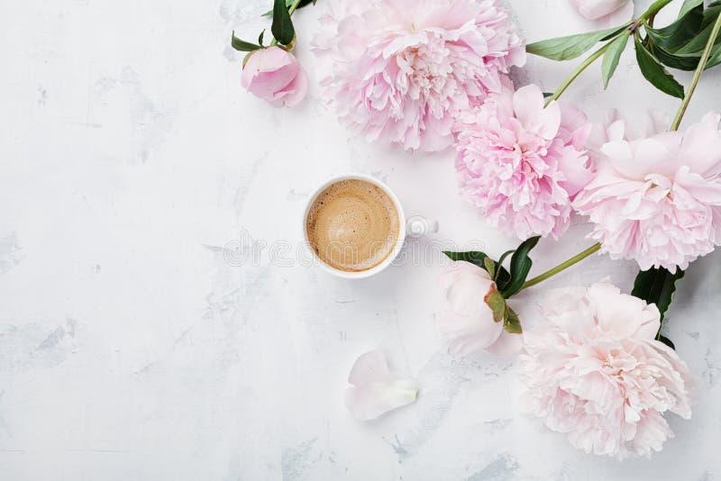 Morgonkaffe och härliga rosa pionblommor på den vita bästa sikten för stentabellen i lägenhet lägger stil Hemtrevlig frukost på m royaltyfri foto
