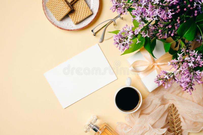 Morgonkaffe, pappersanmärkning, dillandear, lila blomma, gåvaask, hemmastadda kvinnors för doftflaska skrivbord B?sta sikt, mjuk  royaltyfri bild