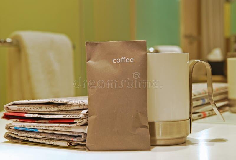 Morgonkaffe rånar med tidningen och paketet royaltyfri foto