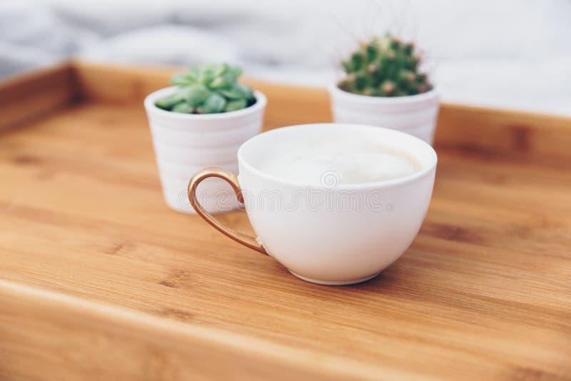 Morgonkaffekopp Minsta elegant bakgrund royaltyfri foto