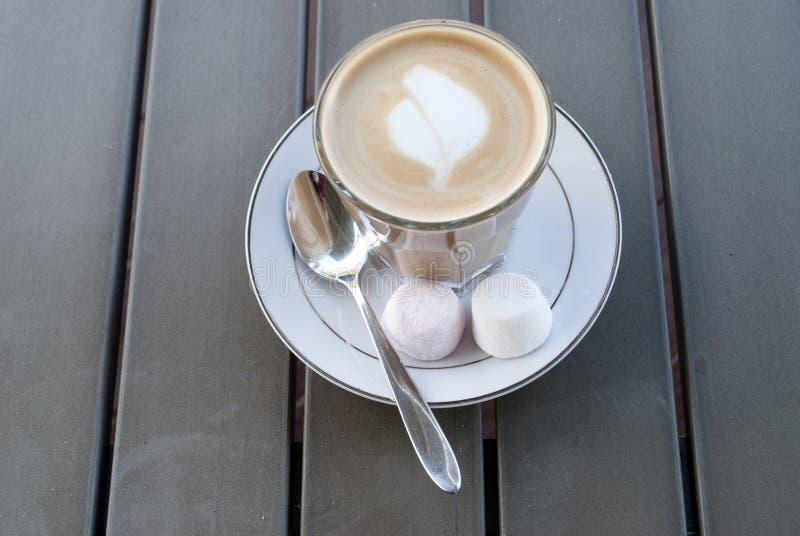 Morgonkaffelatte utanför med marshmallower arkivfoton