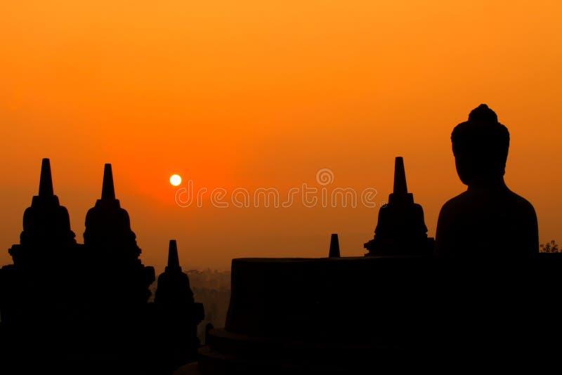 Morgonkontur av Buddhabilden på den Borobudur templet, Yogyakart arkivfoto