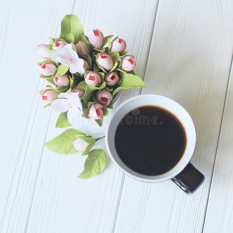 Morgonkopp kaffe och härliga blommor royaltyfria foton
