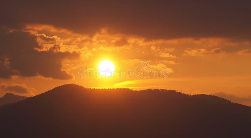 Morgonlandskap med berg och orange himmel p? soluppg?ng med att reflektera f?r sol Aftonsolnedg?ng p? horisonten av kullar med sn royaltyfria foton