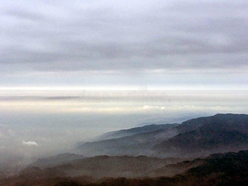 Morgonlandskapet på överkanten av Mount Emei, sichuan, Kina arkivbild