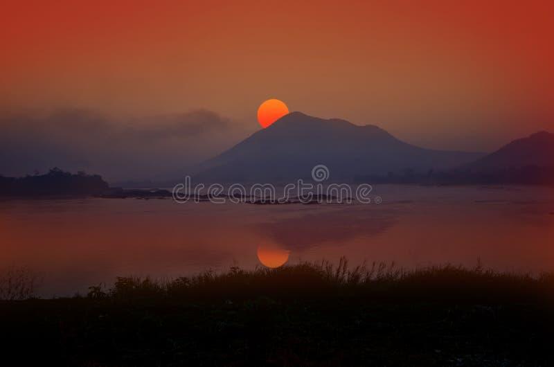 Morgonljus över floden arkivbilder