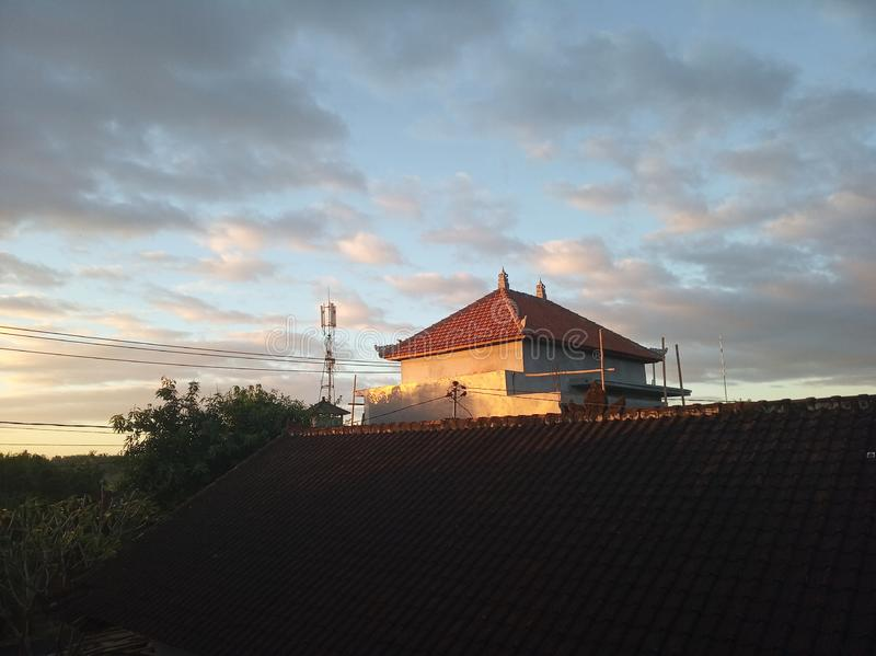 Morgonljus från soluppgång över huset som välkomnar ny dag arkivfoton