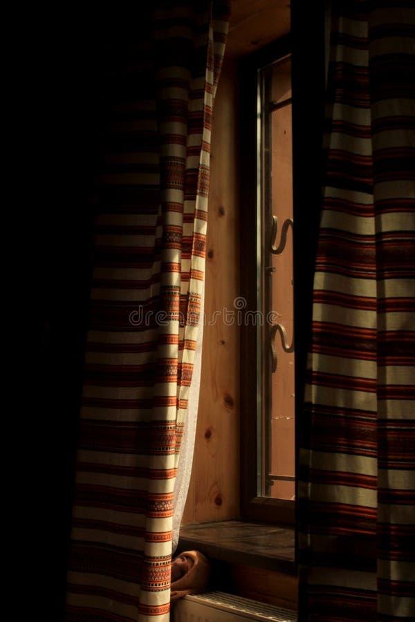Morgonljus i det ukrainska rummet som faller till och med gardiner på royaltyfri fotografi