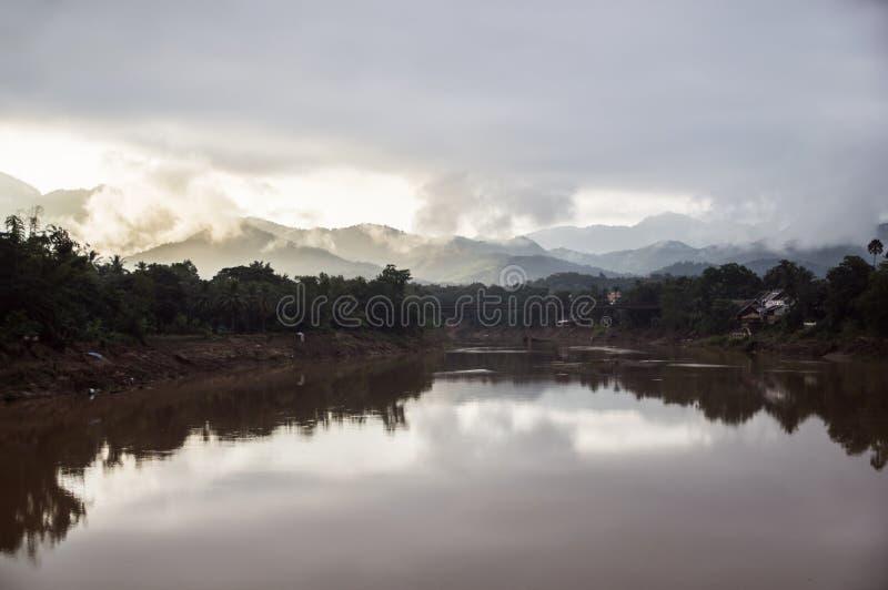 Morgonljus på Kan River, Luang Prabang, Laos fotografering för bildbyråer