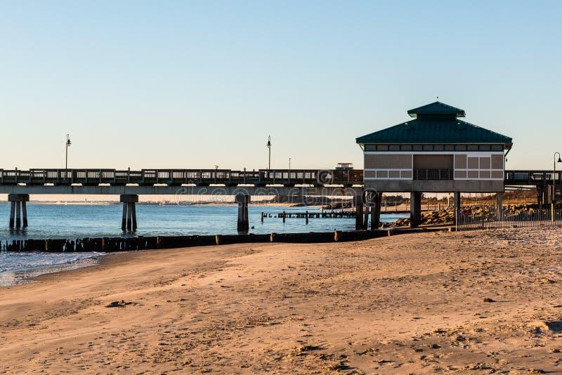 Morgonljus på pir för Buckroe strandfiske i Hampton, Virginia royaltyfria foton