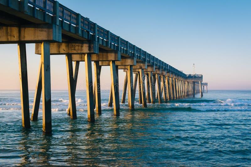 Morgonljus p? Met B Miller County Pier och golf av Mexico, i den Panama City stranden, Florida arkivfoton