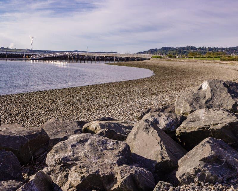 Morgonljus som skiner på stranden på Seafares, parkerar Anacortes Washington, var dig kan gå alon en scenisk bana som omger arkivfoton