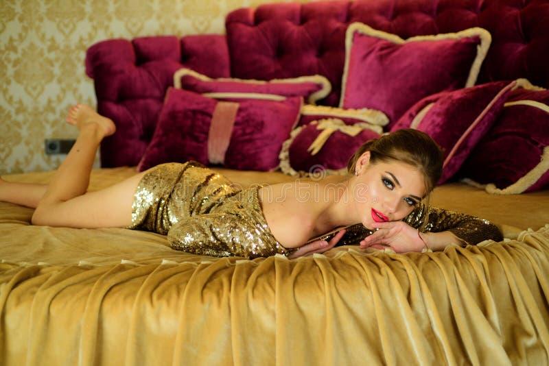 Morgonlokalvård av huden Modeflickor med den perfekta kroppen   royaltyfri bild