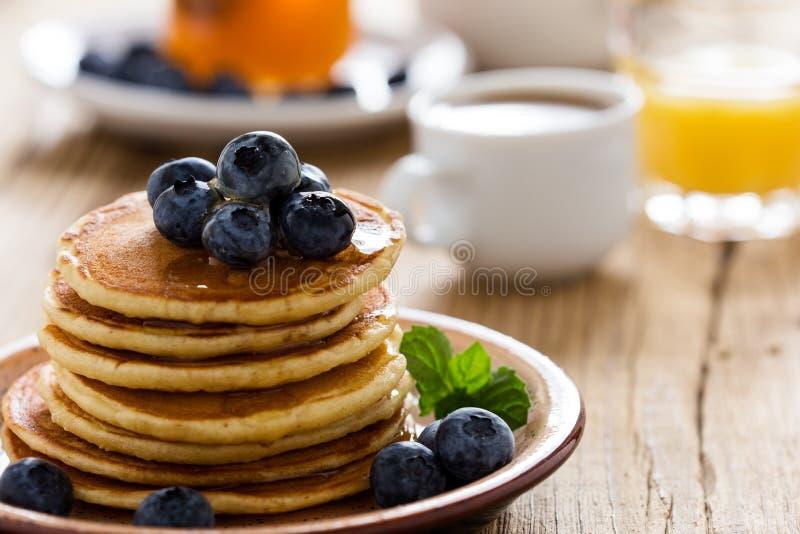 Morgonmål, hemlagade pannkakor, nya sommarbär royaltyfri fotografi