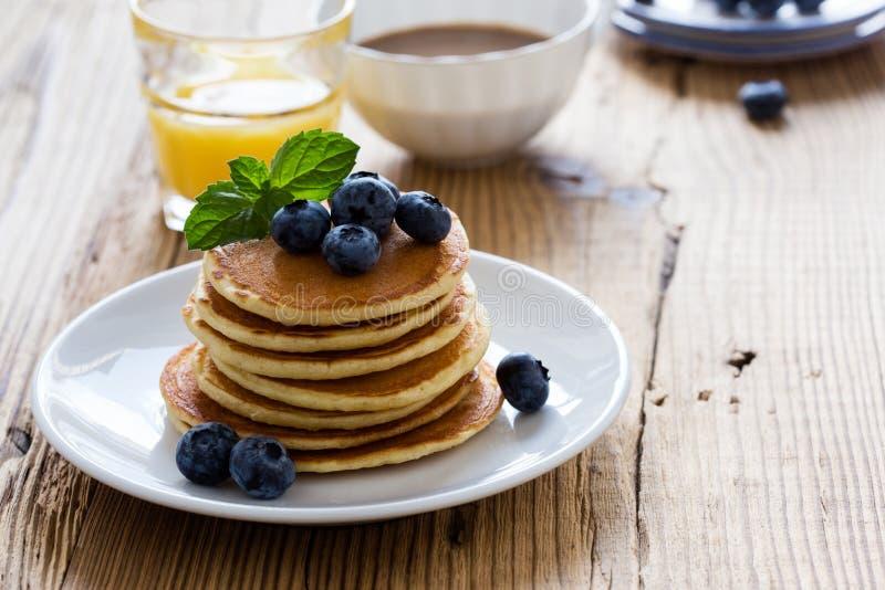 Morgonmål, hemlagade pannkakor, nya sommarbär royaltyfria foton