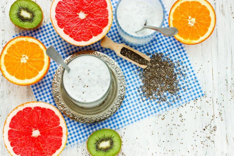 Morgonmellanmålet med chia kärnar ur yoghurtpudding och frukt arkivbilder