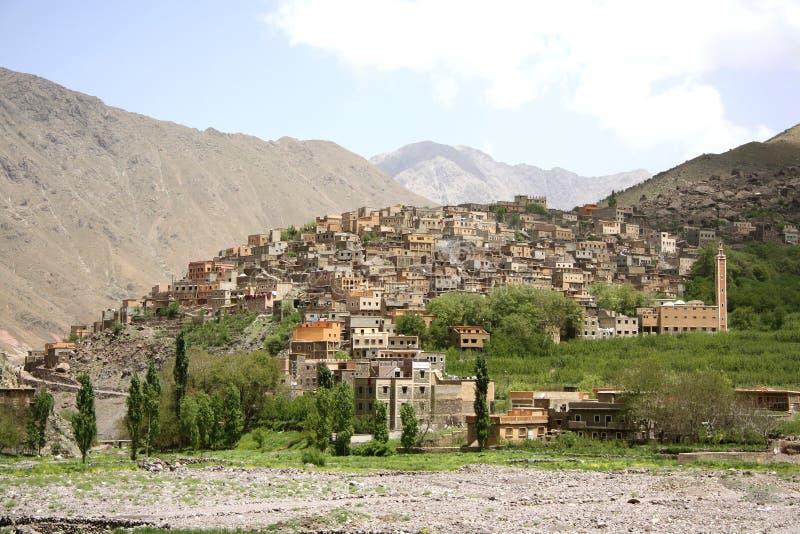Morgonmist över en by i kartbok morocco arkivfoton