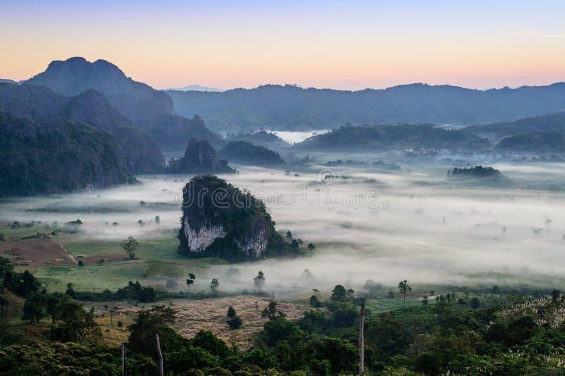 Morgonmist och berg på Phu Lang Ka, Phayao, Thailand royaltyfri fotografi