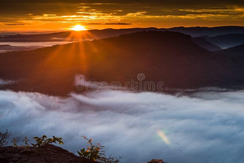 Morgonmist och soluppgång, klippa, tropiskt berg royaltyfria foton