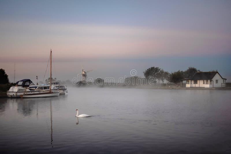 Morgonmist på sjödistrikt i Norfolk fotografering för bildbyråer