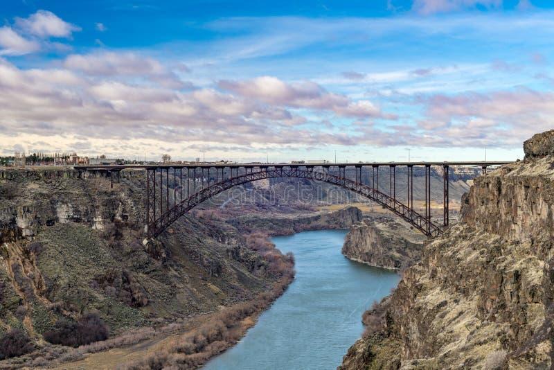 Morgonmoln över den Prine bron nära Twin Falls Idaho ovanför Snaket River royaltyfri fotografi