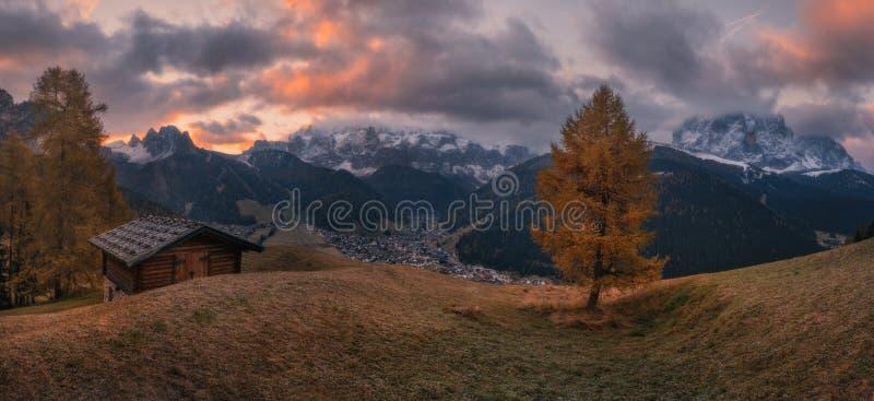Morgonpanoramaby Selva di Val Gardena royaltyfria bilder