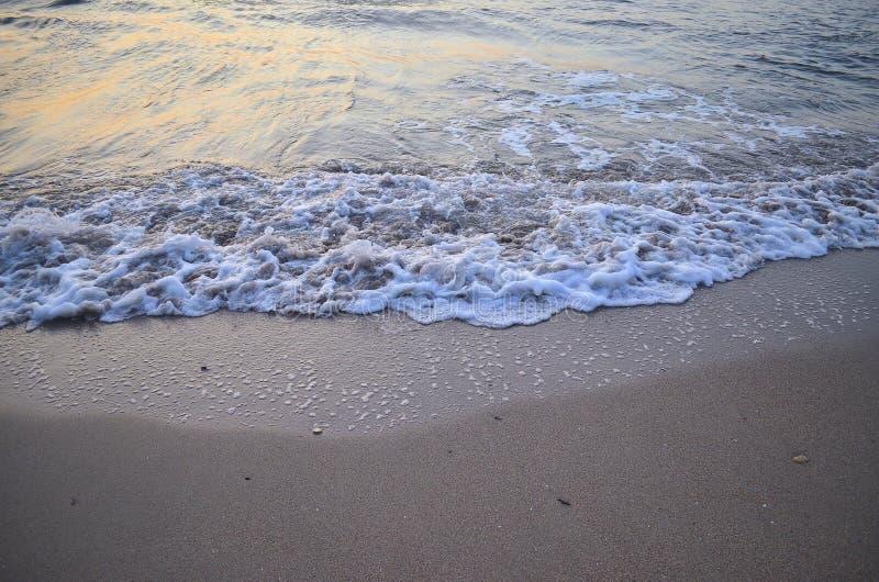 Morgonseascape med skummande vågor fotografering för bildbyråer