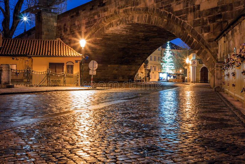 Morgonsikt av de forntida gatorna av staden av Prague arkivbild