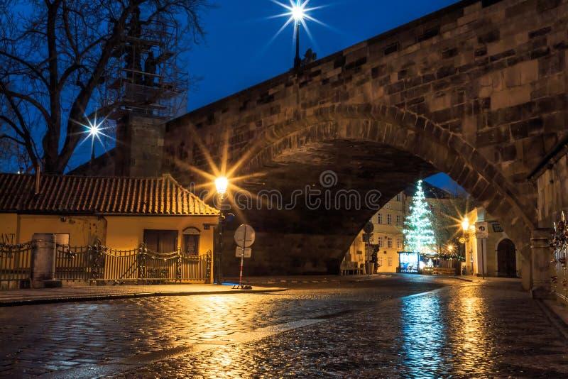 Morgonsikt av de forntida gatorna av staden av Prague fotografering för bildbyråer