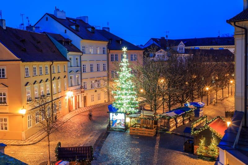 Morgonsikt av de forntida gatorna av staden av Prague royaltyfria bilder