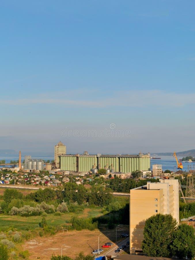 Morgonsikt av den Togliatti hissen från taket av en bostads- byggnad för 16 våning arkivfoton